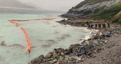 Chile, una minera derramó 40 mil litros de diesel al mar y el gobierno la justifica