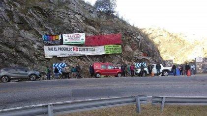 Acampan contra minera que bloqueó único acceso a paraje en las sierras de Córdoba