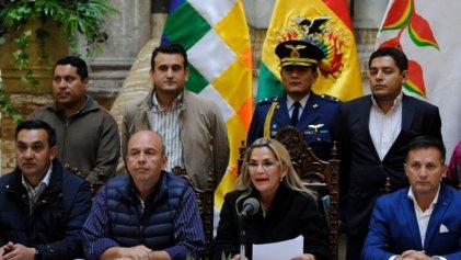 Tras orden de aprehensión de Áñez y militares, golpistas exigen impunidad