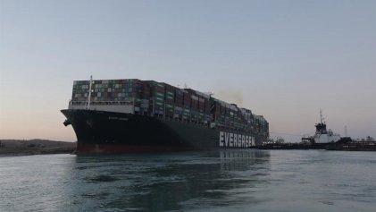 Reanudan la navegación en el canal de Suez tras liberar barco encallado