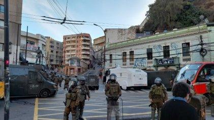 Reprimen a manifestantes en Valparaíso mientras Piñera hablaba ante el Congreso