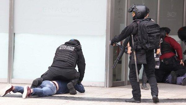 Bregman denunció a la Policía porteña por cazar manifestantes y apedrear vidrieras